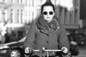Meisje op de fiets binnenstad Utrecht